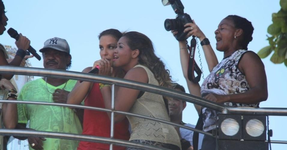 """13.fev.2013 - Ivete Sangalo e Gaby Amarantos cantam """"Ex-Mai Love"""" no arrastão de quarta-feira de cinzas no Carnaval de Salvador"""