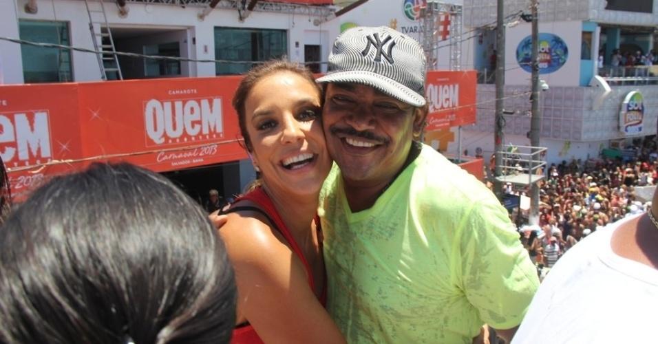 13.fev.2013 - Ivete Sangalo posa para foto com Cumpadre Washington, vocalista do É o Tchan, no arrastão da quarta-feira de cinzas no Carnaval de Salvador