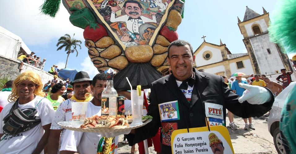 13.fev.2013 - José Filipe de Lima homenageia Batata, apelido do fundador do bloco