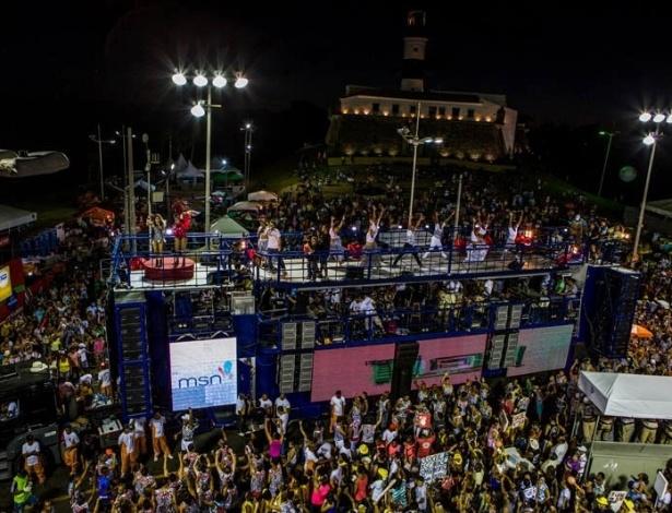 13.fev.2013 - Milhares de foliões assistem à apresentação de Daniela e Gaby durante a folia baiana
