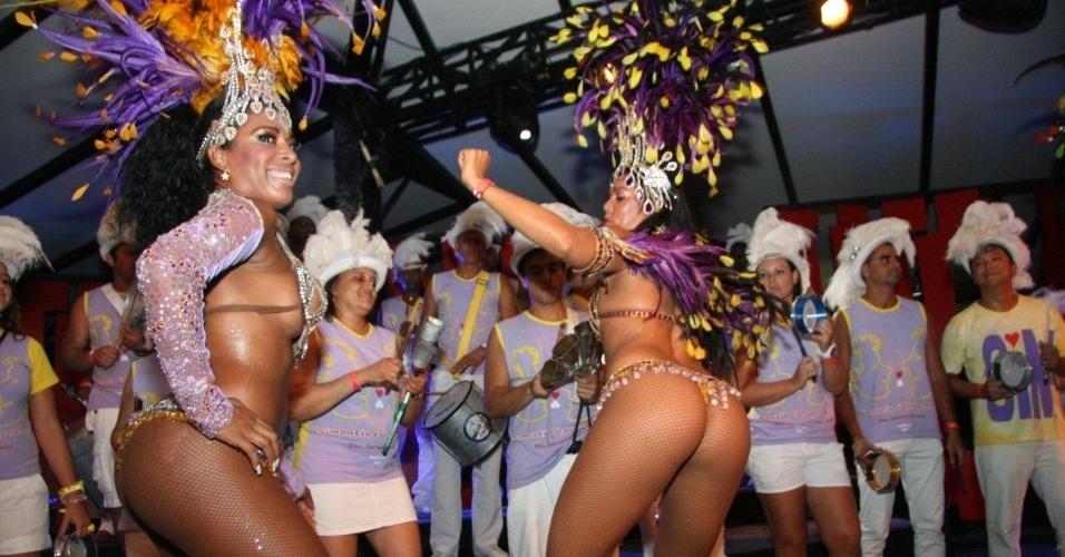 13.fev.2013 - Mulatas se divertem durante a festa de Carnaval