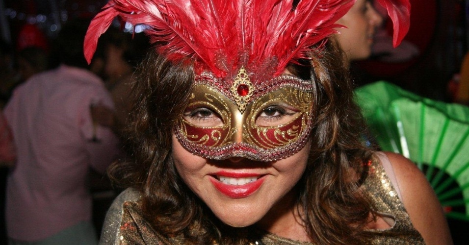 13.fev.2013 - Mulher usa máscara para brincar o Carnaval carioca