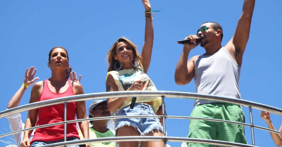 13.fev.2013 - Naldo canta ao lado de Alinne Rosa e Ivete Sangalo no arrastão da quarta-feira de cinzas do Carnaval de Salvador
