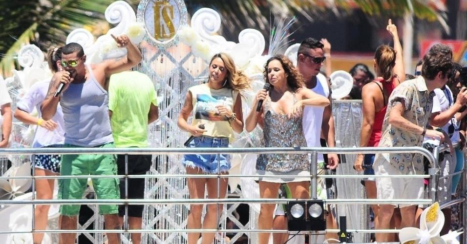13.fev.2013 - Naldo se junta à Alinne Rosa, Daniella Mercury e Saulo Fernandes no trio elétrico de Ivete Sangalo, que comanda o arrastão da quarta-feira de cinzas no circuito Barra-Ondina, em Salvador