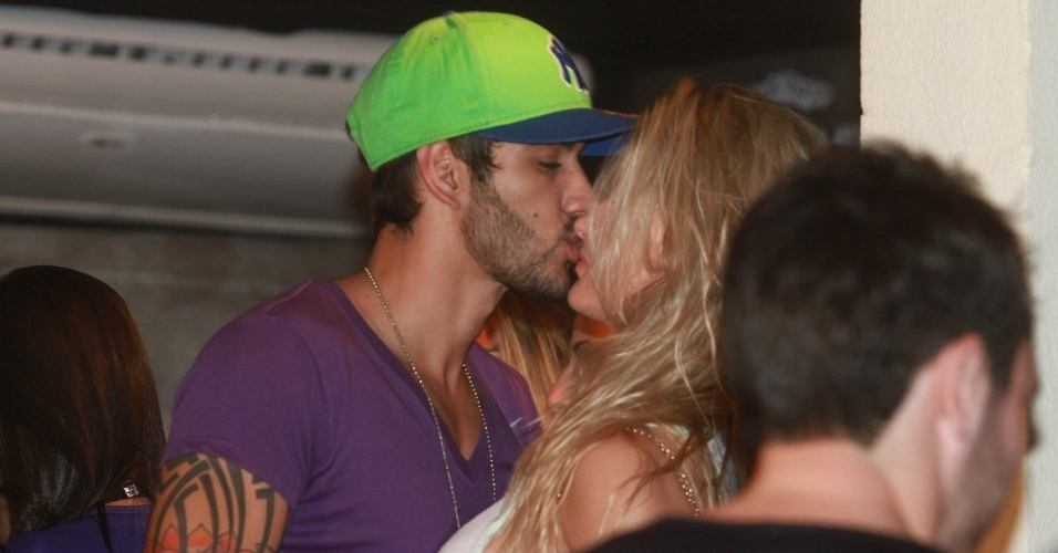13.fev.2013 - O cantor Gusttavo Lima beija a noiva, Andressa Suita, após show para os foliões do Carnaval de Salvador