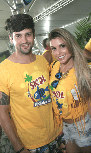 """13.fev.2013 - O casal de ex-BBBs Fernando """"Justin"""" Bacalow e Flávia Viana se diverte na Peixada do Gui, no camarote Skol Folia, durante o Carnaval em Florianópolis"""