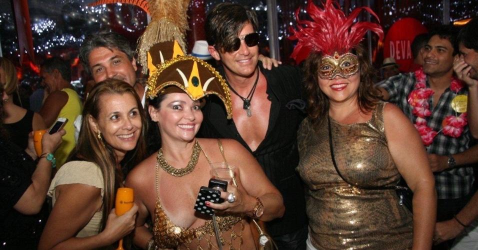13.fev.2013 - O médico Dr. Rey é tietado pelos foliões durante baile carnavalesco do MAM, no Rio de janeiro
