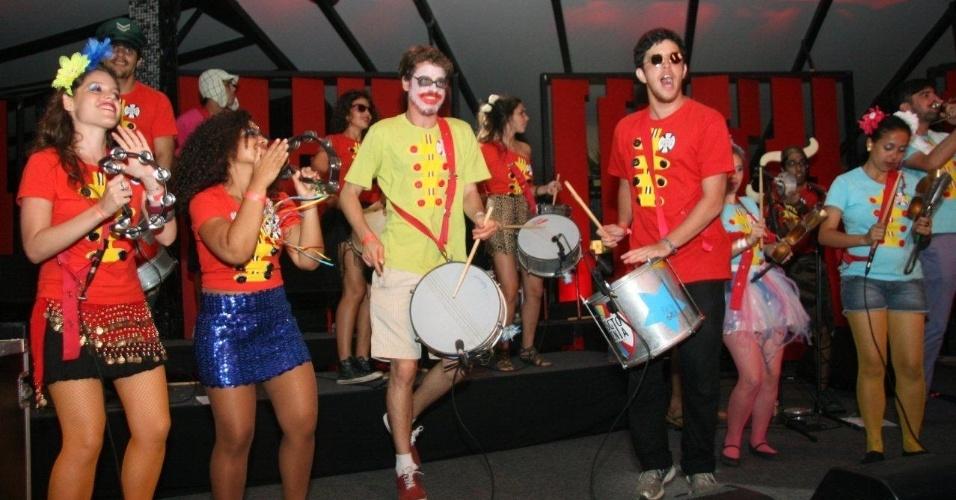 13.fev.2013 - Os blocos dão o tom carnavalescos às músicas inglesas dos Beatles