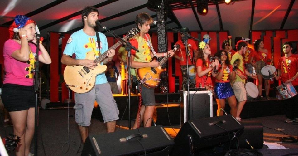 13.fev.2013 - Os blocos Sargento Pimenta e Simpatia é Quase Amor agitam os foliões do baile Encontro dos Blocos, no Museu de Arte Moderna (MAM), no centro do Rio de Janeiro
