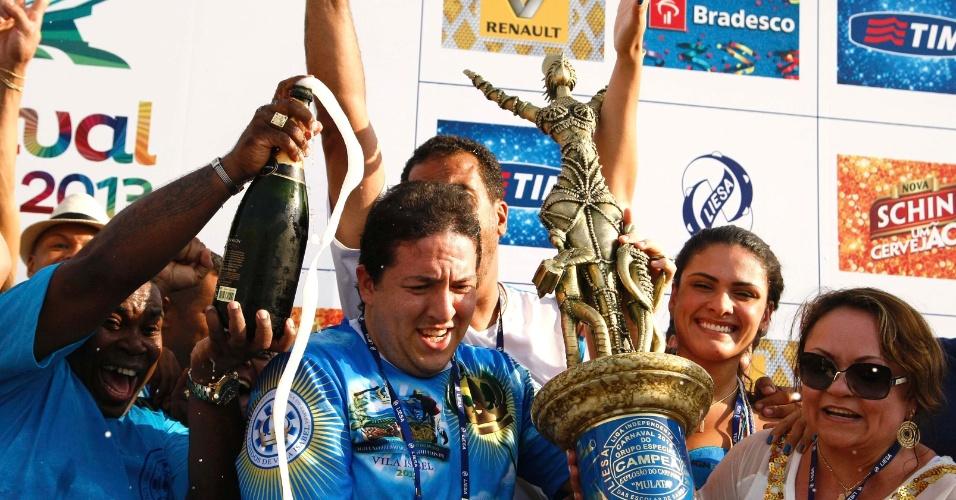 13.fev.2013 - Presidente da agremiação Unidos de Vila Isabel, Wilsinho Alves segura o troféu de campeã do Carnaval 2013