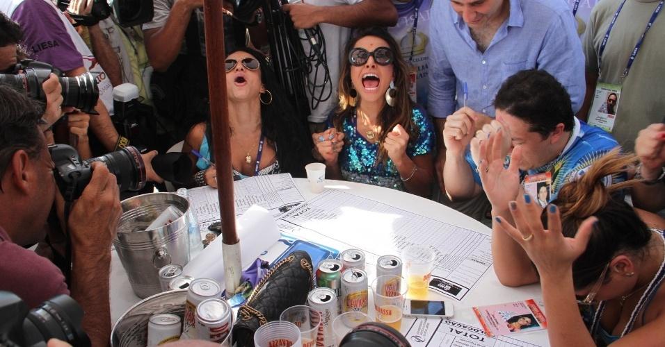 13.fev.2013 - Sabrina Sato vibra com a liderança de Vila Isabel durante a leitura de alguns votos na apuração
