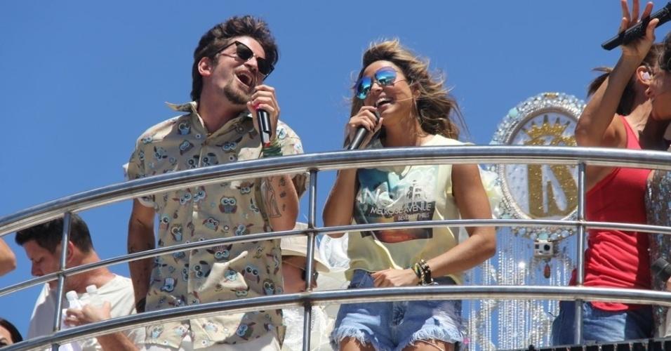 13.fev.2013 - Saulo Fernandes, que fez seu último Carnaval com a Banda Eva este ano, e Alinne Rosa, do Cheiro de Amor, cantam no trio de Ivete Sangalo no arrastão da quarta-feira de cinzas
