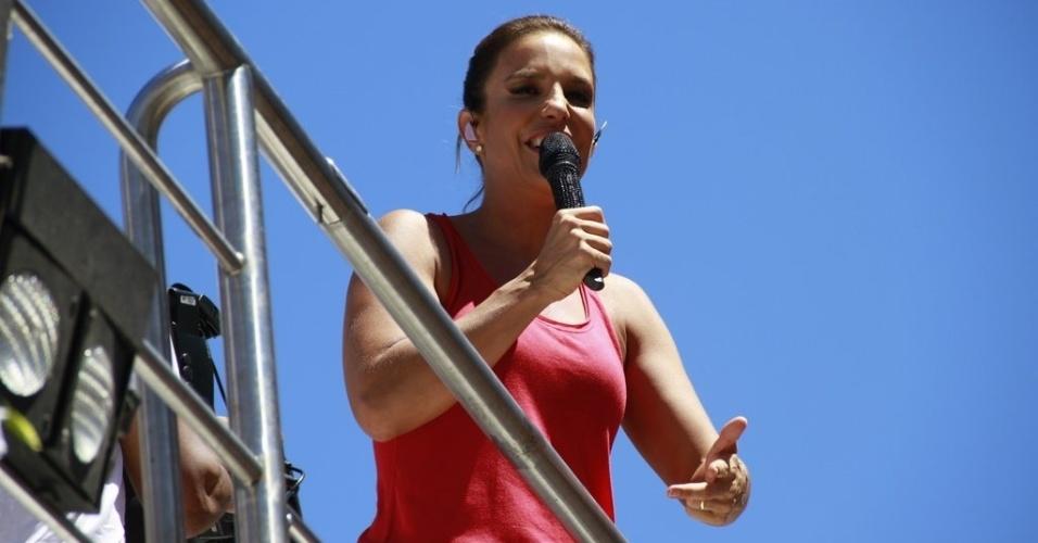 13.fev.2013 - Sem fantasia, Ivete Sangalo comanda o arrastão de despedida da Ivete Sangalo