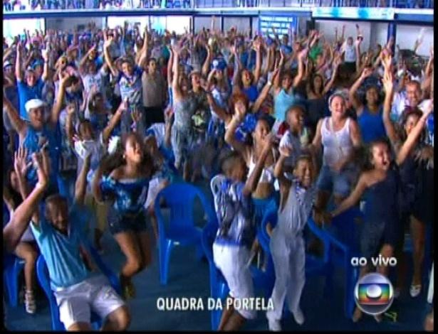 13.fev.2013 - Torcida na quadra da escola de samba Portela acompanha a apuração do grupo especial na Sapucaí