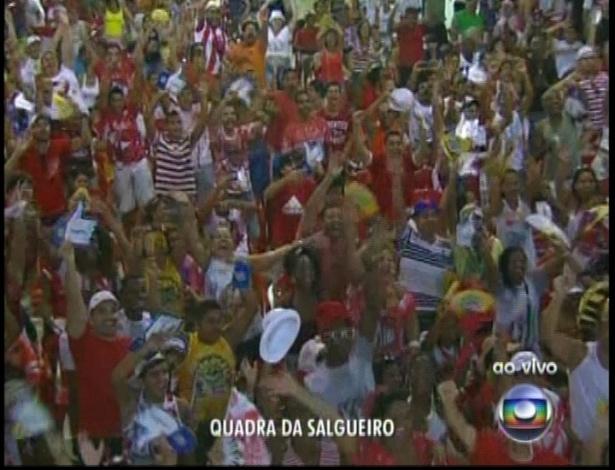 13.fev.2013 - Torcida na quadra da escola de samba Salgueiro acompanha a apuração do grupo especial na Sapucaí