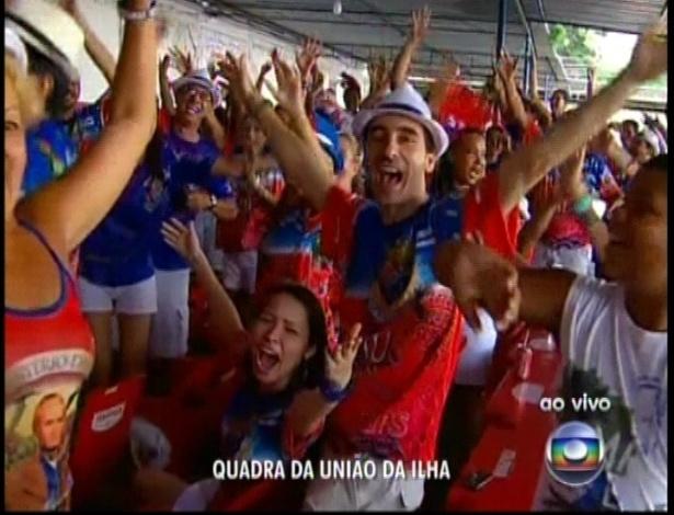 13.fev.2013 - Torcida na quadra da escola de samba União da Ilha acompanha a apuração do grupo especial na Sapucaí