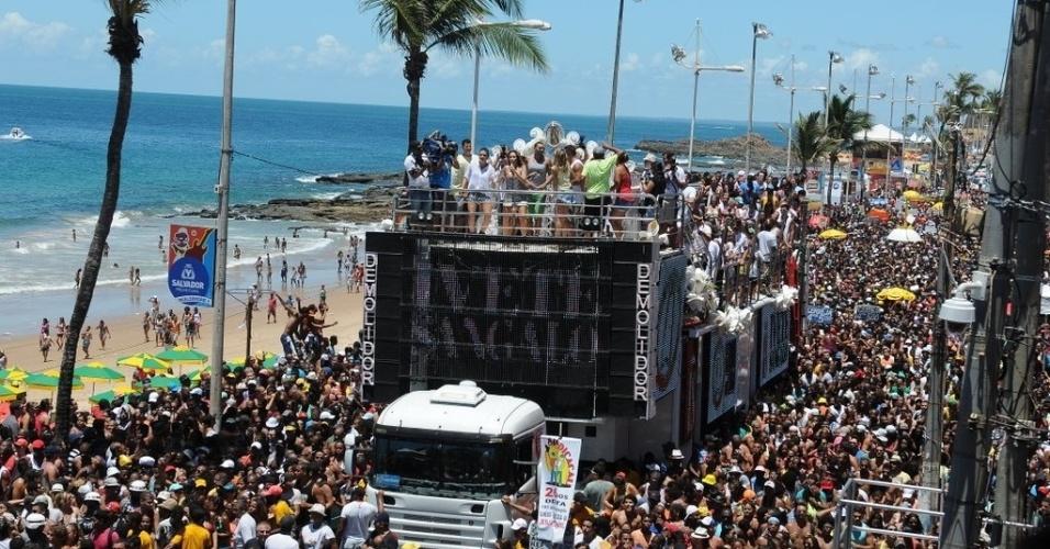13.fev.2013 - Trio elétrico de Ivete Sangalo é acompanhado por multidão no encerramento do Carnaval de Salvador