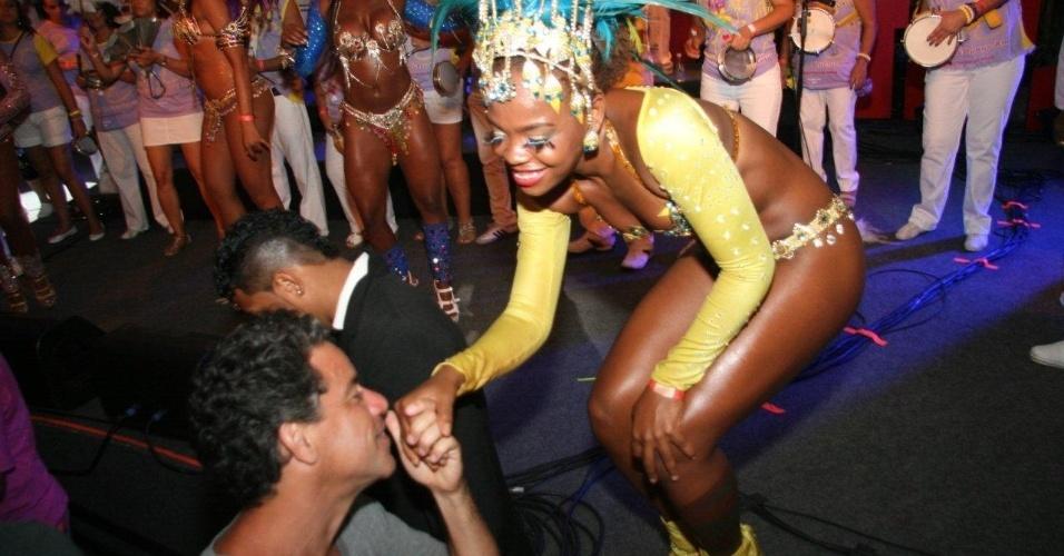 13.fev.2013 - Um dos criadores do Encontro dos Blocos, Luiz Calainho cumprimenta mulata durante festa carnavalesca no Rio