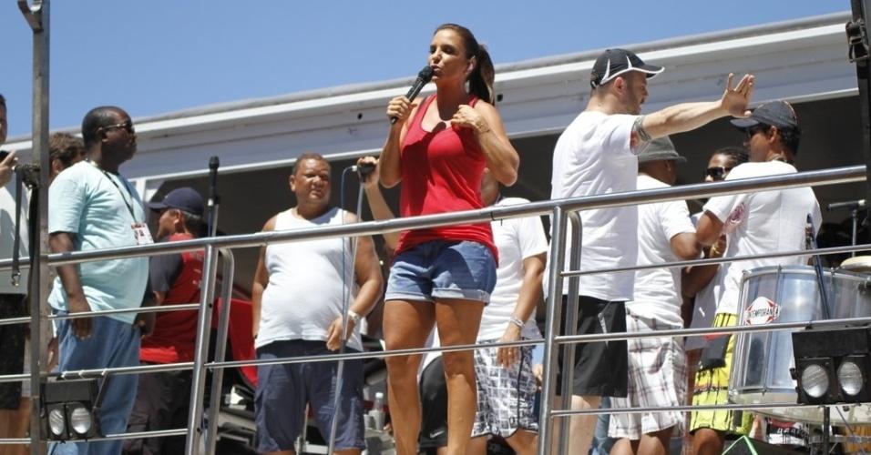 13.fev.2013 - Vestindo um short jeans e uma camiseta vermelha simples, diferente dos looks exuberandos que exibiu durante o Carnaval, Ivete Sangalo dá início ao arrastão de despedida no circuito Barra-Ondina