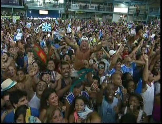 13.fev.2013 - Vila Isabel vence o Carnaval 2013 no Rio de Janeiro e quadra da escola vibra