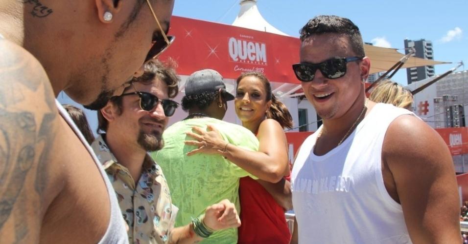 13.fev.2013 -Ivete Sangalo dança com Cumpadre Washington em cima do trio elétrico no arrastão de quarta-feira de cinzas no Carnaval de Salvador