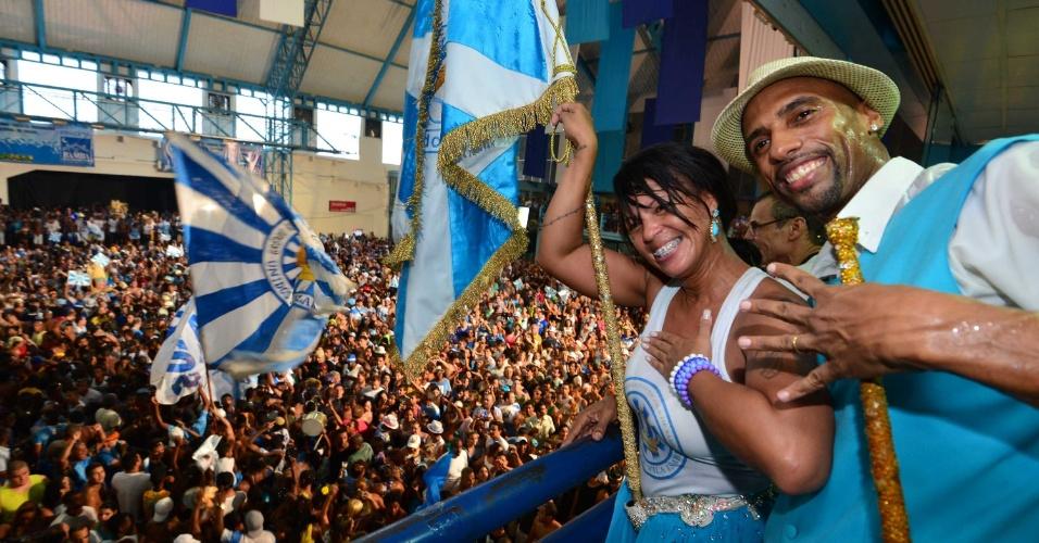 A porta-bandeira Rute Alves e o mestre-sala Julinho na quadra da Vila Isabel, campeã do Carnaval carioca deste ano, na comemoração do título