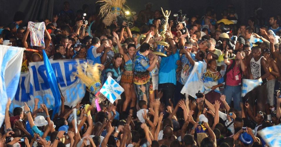 Torcida da Vila Isabel comemora na quadra da escola o resultado do Carnaval 2013