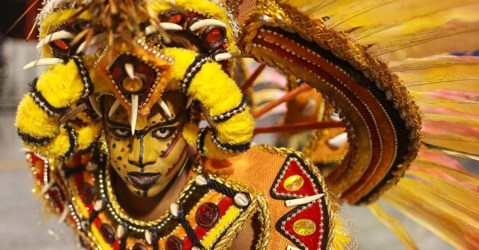 15.fev.2013 - Leandro de Itaquera abre o desfile das escolas campeãs de São Paulo com homenagem ao negro