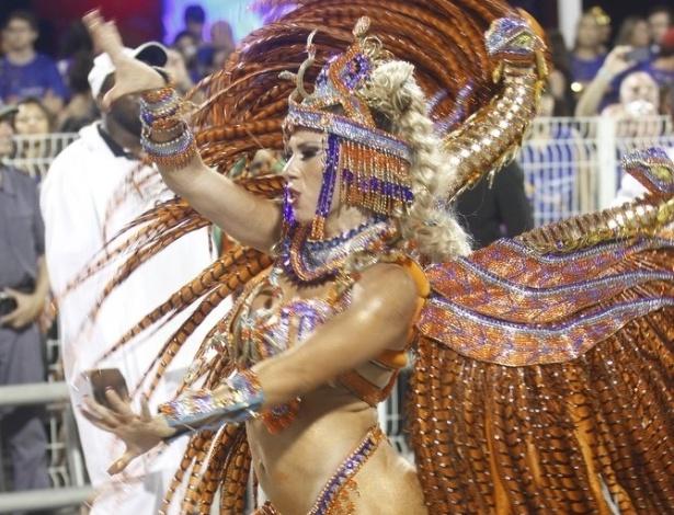 16.fev.2013 - A madrinha da Império de Casa Verde, Andrea Andrade, samba no desfile das campeãs
