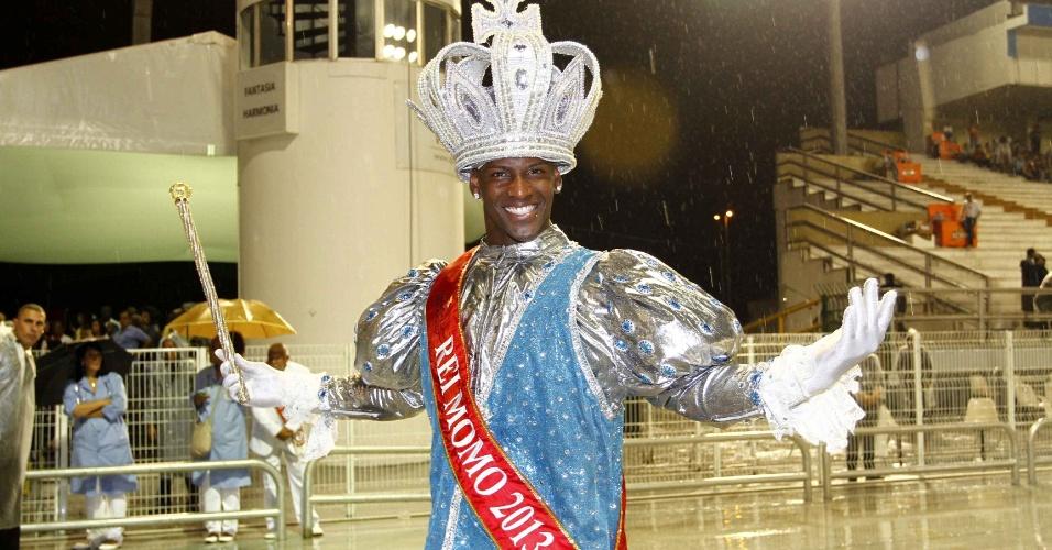 15.fev.2013 - Gledson Fonseca, o Rei Momo do Carnaval Paulista, durante o desfile das campeãs no Sambódromo do Anhembi
