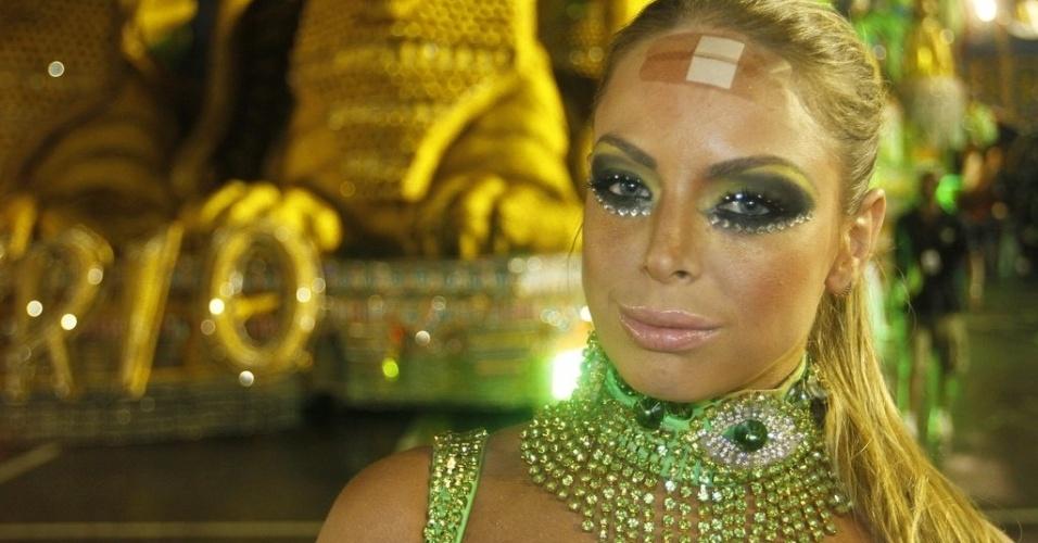 15.fev.2013 - Jéssica Lopes, a Peladona de Congonhas, mostra ferimento que teve no desfile da Império de Casa Verde. Ela machucou a testa com corte ao usar um adereço de cabeça que pesa 20 kg