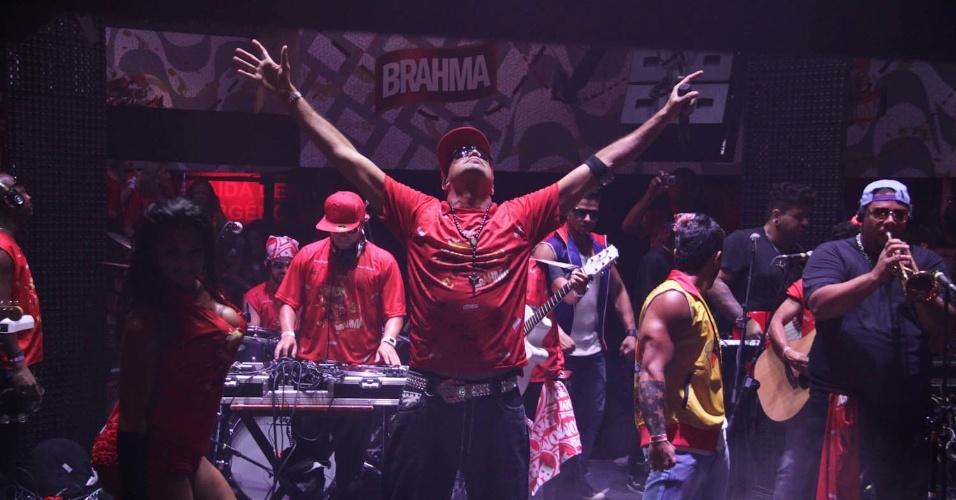 15.fev.2013 - O cantor Latino fez show no camarote patrocinado por uma marca de cerveja