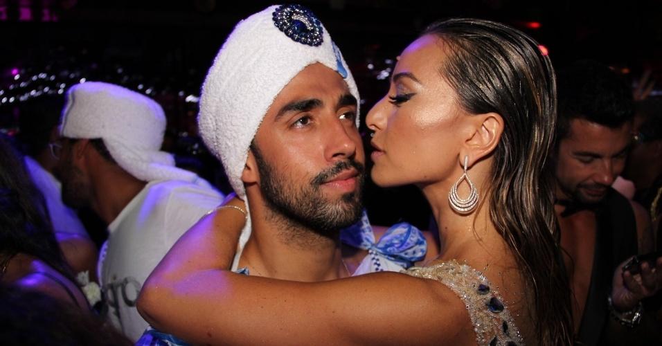 15.fev.2013 - Sabrina Sato beija membro do público no Baile do Glamurama no MAM (Museu de Arte Moderna), no Rio de Janeiro
