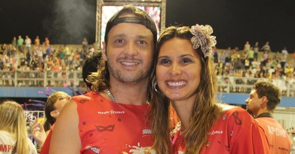 15.fev.2013 - Tato do Falamansa com a mulher no Camarote Brahma no desfile das campeãs do Carnaval de São Paulo, no Sambódromo do Anhembi