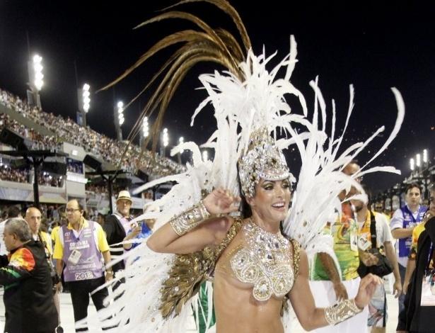 16.fev.2013 - A rainha da bateria da Grande Rio, Carla Prata, samba durante desfile das campeãs no Rio