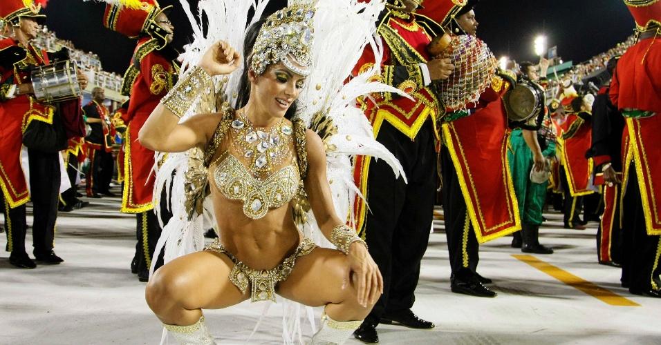 16.fev.2013 - A rainha da bateria da Grande Rio, Carla Prata, samba em frente aos ritmistas durante desfile das campeãs no Rio