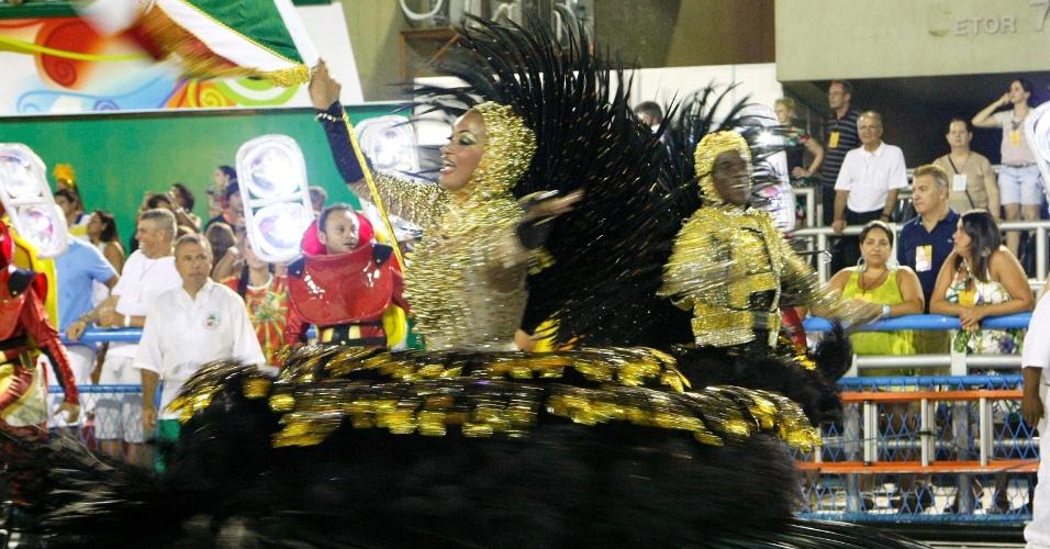 16.fev.2013 - Casal de mestre sala e porta bandeira da Grande Rio, que passou pela Sapucaí neste sábado (16) para o desfile das campeãs do Rio com enredo sobre os royalties do petróleo