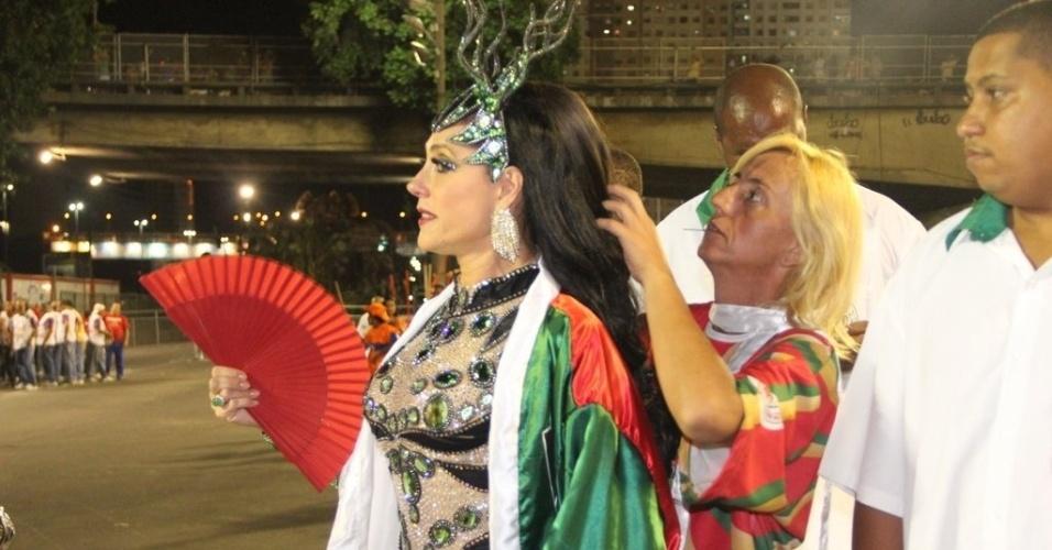 16.fev.2013 - Christiane Torloni usa leque antes de entrar na avenida para a passagem da Grande Rio no desfile das campeãs