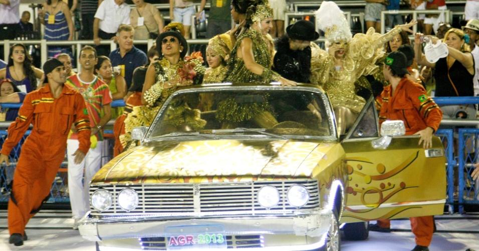 16.fev.2013 - Comissão de frente da Grande Rio, que passou pela Sapucaí neste sábado (16) para o desfile das campeãs do Rio, utilizam carro