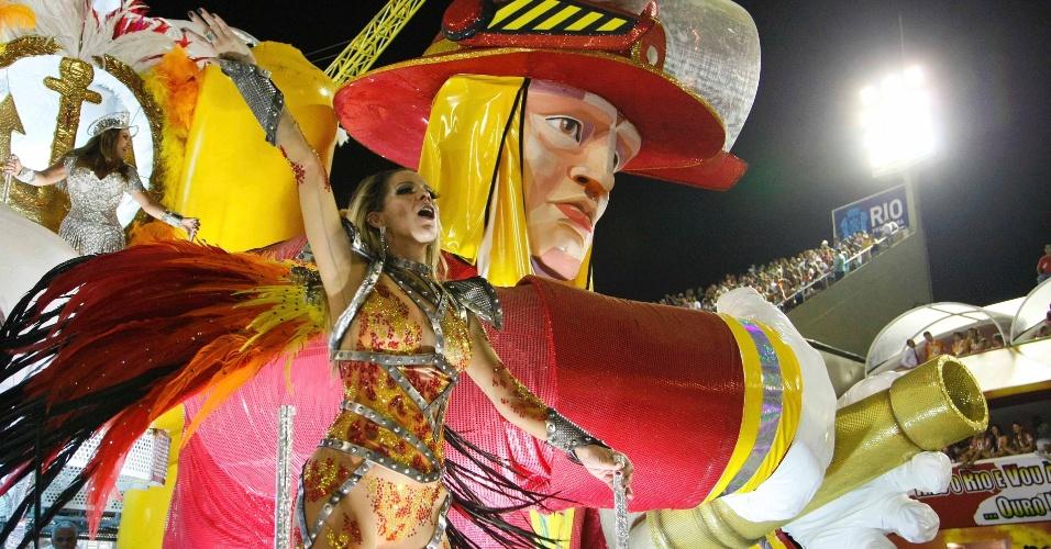 16.fev.2013 - Danielle Winits aparece em carro alegórico da Grande Rio, que passou pela Sapucaí neste sábado (16) para o desfile das campeãs do Rio
