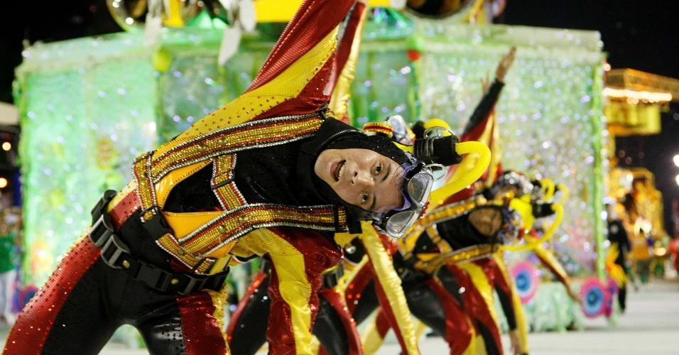 16.fev.2013 - Integrantes da Grande Rio, que passou pela Sapucaí neste sábado (16) para o desfile das campeãs do Rio, utilizam fantasia de mergulhador
