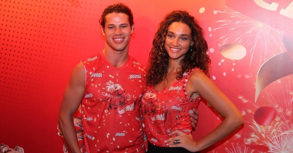 16.fev.2013 - José Loreto e Débora Nascimento em camarote durante o desfile das campeãs do Carnaval Carioca