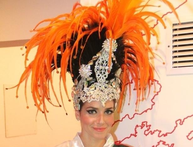 16.fev.2013 - Monique Alfradique usa roupão antes de sambar pela Grande Rio no desfile das campeãs