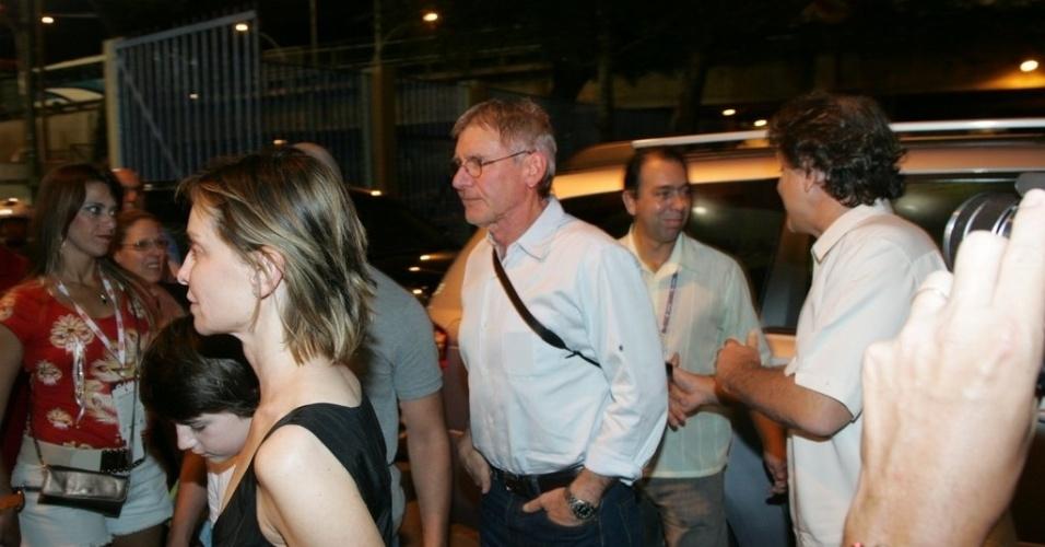 16.fev.2013 - O ator Harrison Ford chega junto da família para assistir ao desfile das campeãs do Carnaval carioca