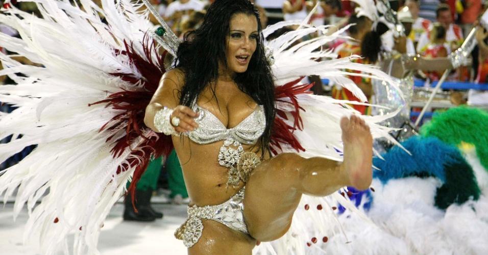 16.fev.2013 - Passista da Grande Rio, que passou pela Sapucaí neste sábado (16) para o desfile das campeãs do Rio, ergue a perna deixa fio dental à mostra