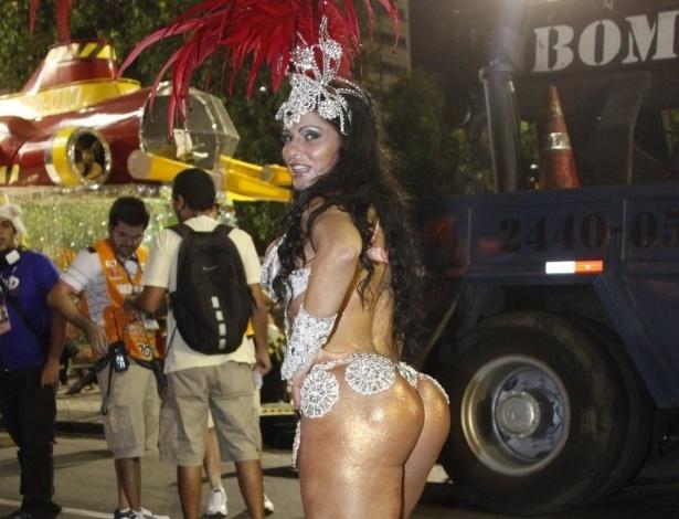 16.fev.2013 - Rayane Moraes mostra bumbum antes do início do desfile das campeãs do Rio