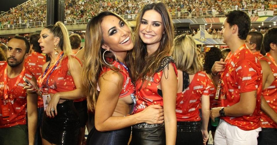 16.fev.2013 - Sabrina Sato com Thaila Ayala em camarote durante o desfile das campeãs do Carnaval Carioca