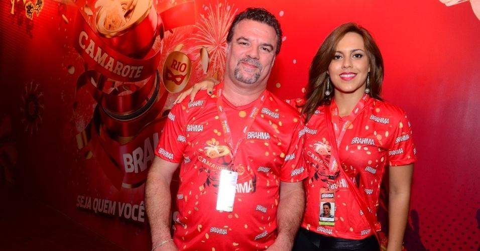 16.fev.2013 - Adriano Garib com a namorada em camarote da Marquês do Sapucaí durante o desfile das campeãs do Carnaval Carioca
