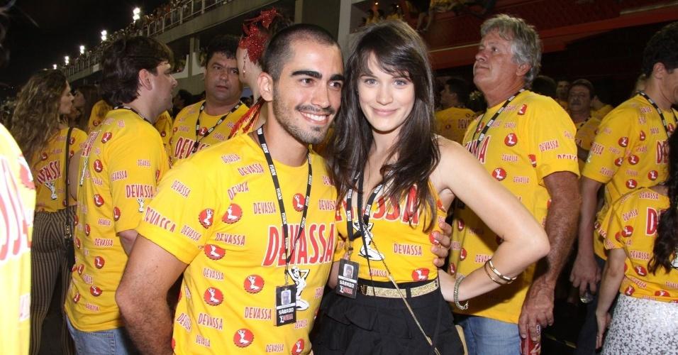 16.fev.2013 - Bianca Bin e Pedro Brandão em camarote durante o desfile das campeãs do Carnaval Carioca