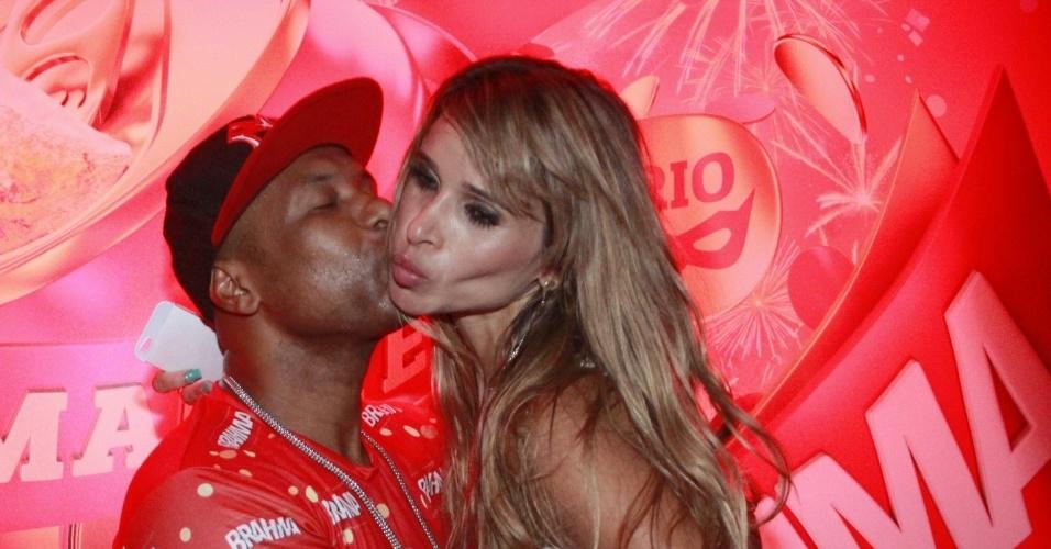 16.fev.2013 - Buchecha e Dani Bananinha em camarote durante o desfile das campeãs do Carnaval Carioca